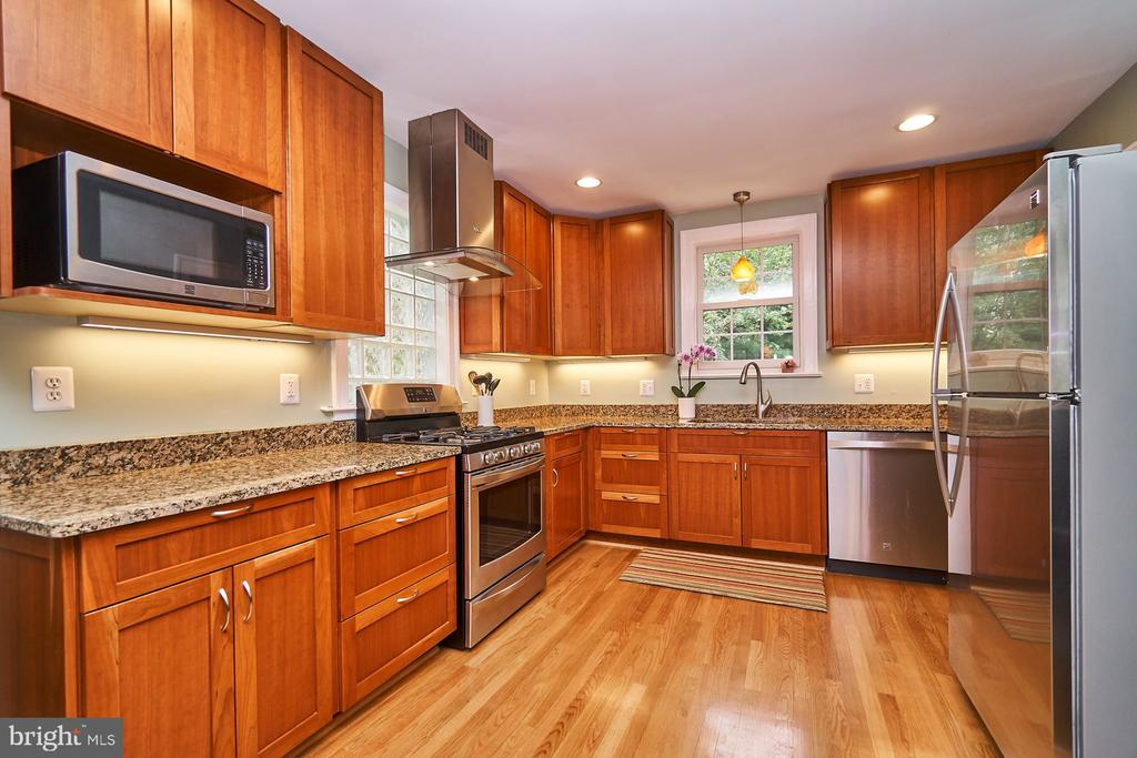 Plenty of counter space in this Kitchen - 1901 N GLEBE RD, ARLINGTON