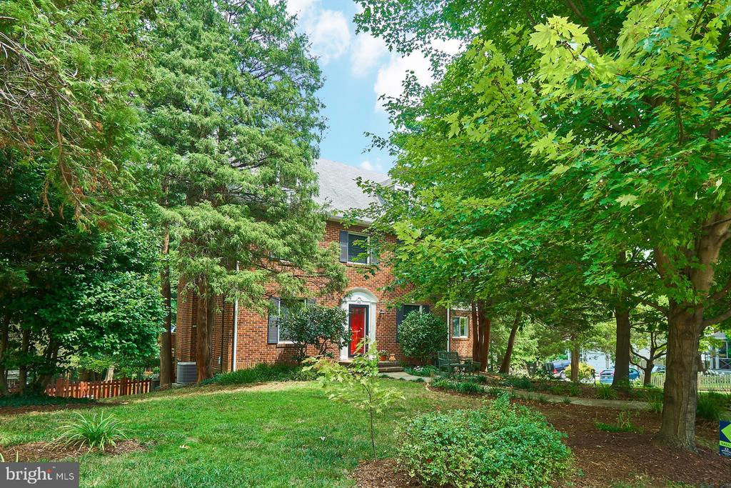 Beautiful updated Center Hall Colonial on 1/4 acre - 1901 N GLEBE RD, ARLINGTON