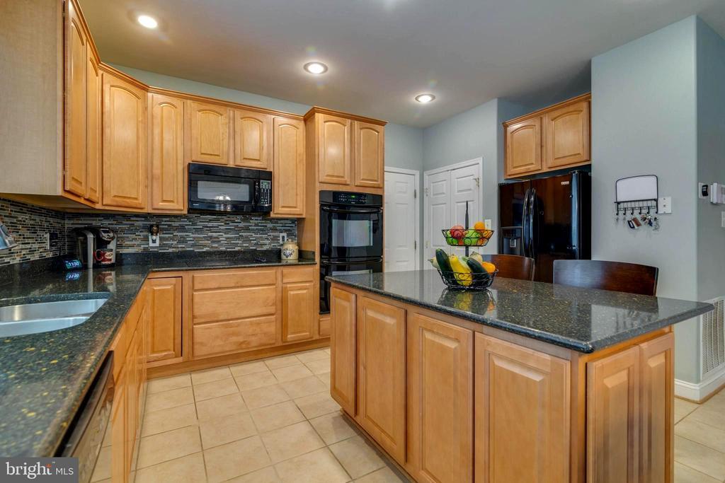 Gorgeous kitchen with granite countertops - 212 WOOD LANDING RD, FREDERICKSBURG