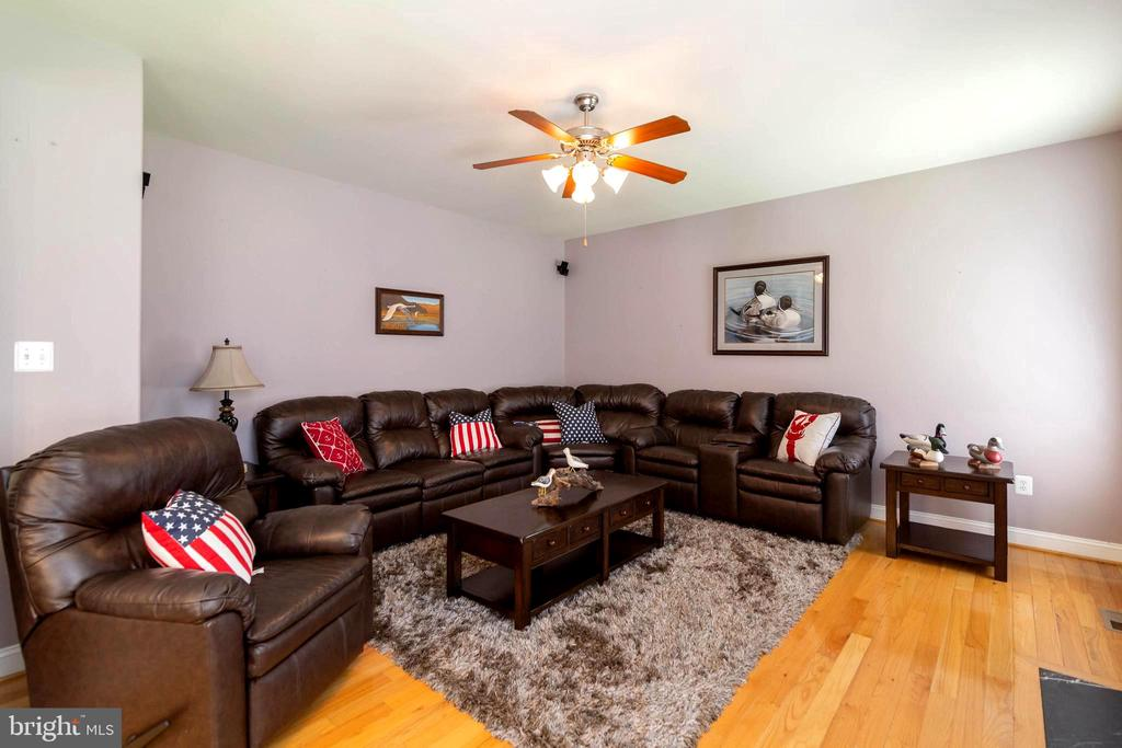 Create a great area to relax in this family room - 212 WOOD LANDING RD, FREDERICKSBURG