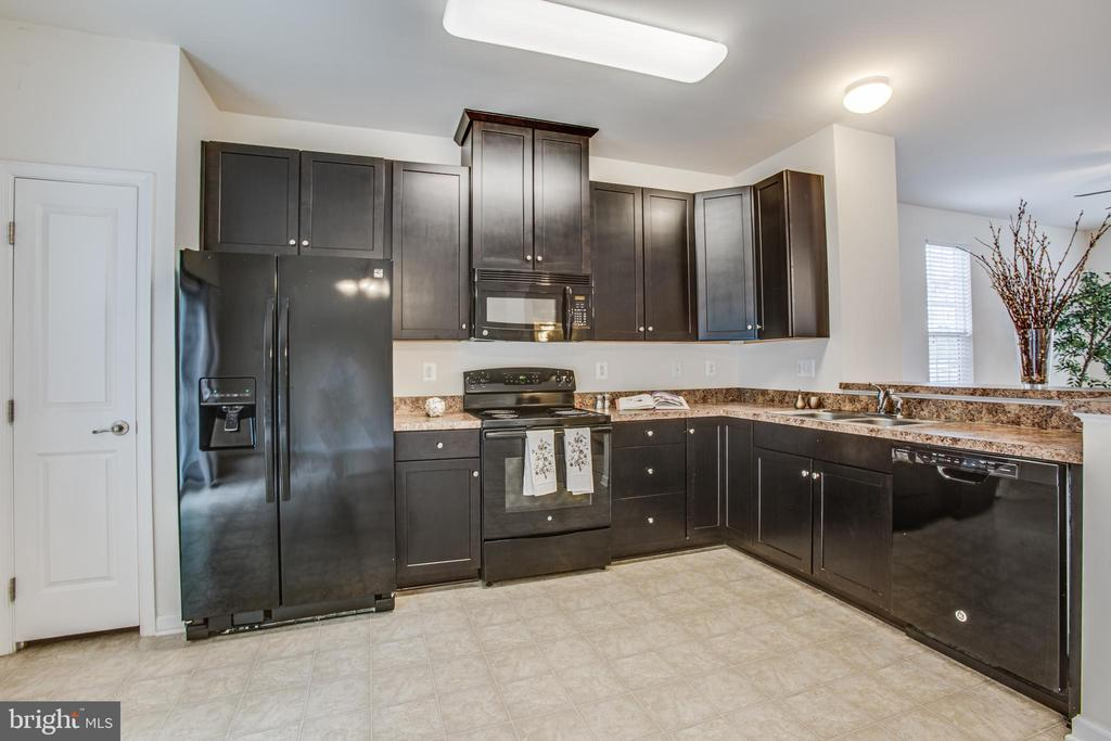 Numerous cabinets, nice pantry - 4540 ALLIANCE WAY, FREDERICKSBURG