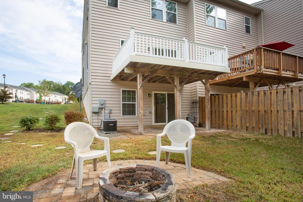 Half-moon patio w firepit for chilly fall evenings - 4540 ALLIANCE WAY, FREDERICKSBURG