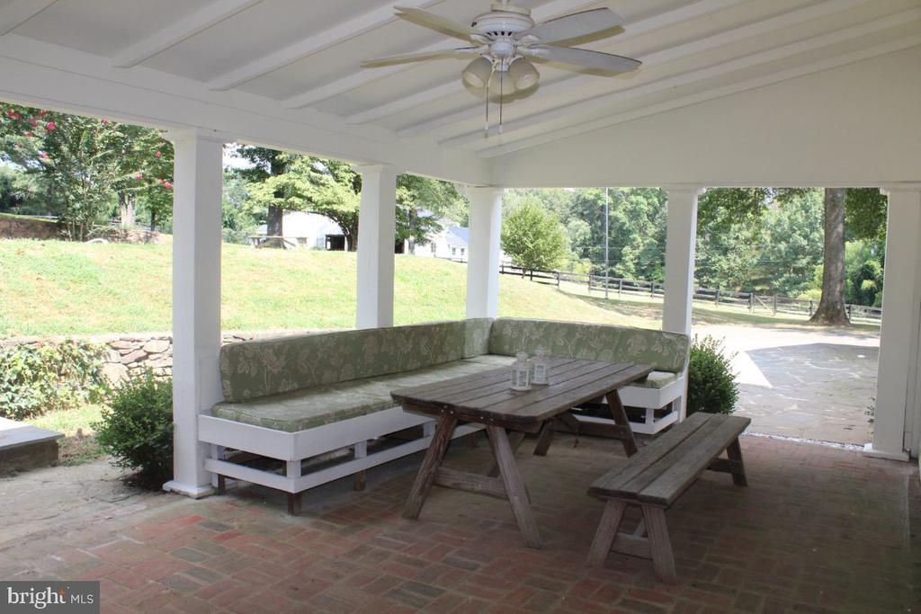 Outdoor Dining - 22156 POT HOUSE RD, MIDDLEBURG