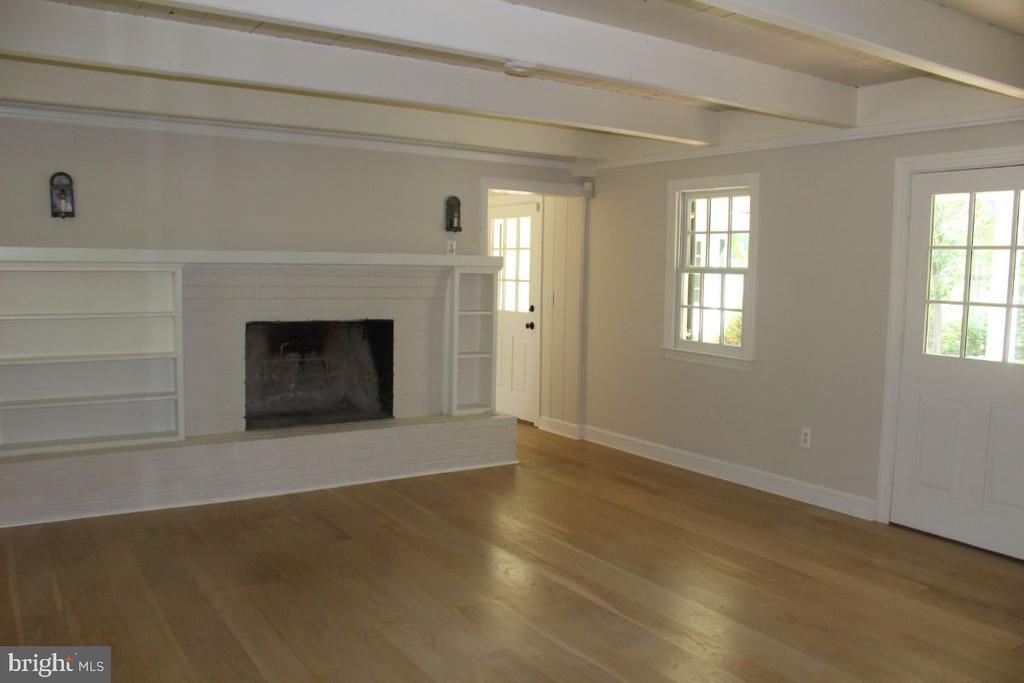 Living Room / Front Entrance - 22156 POT HOUSE RD, MIDDLEBURG