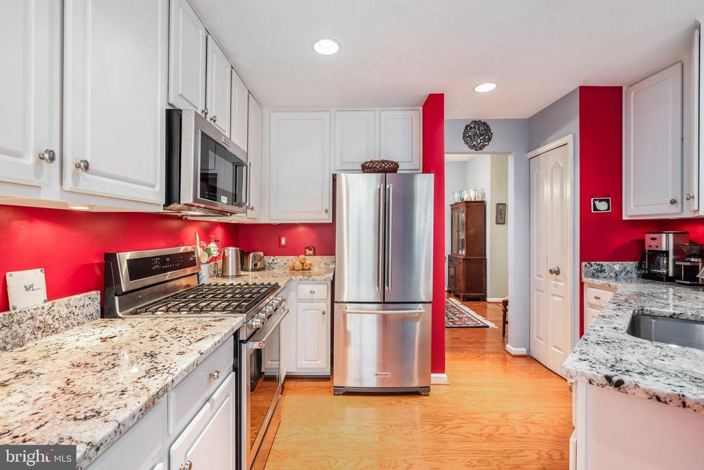 Gorgeous updated kitchen! - 43718 MIDDLEBROOK TER, ASHBURN