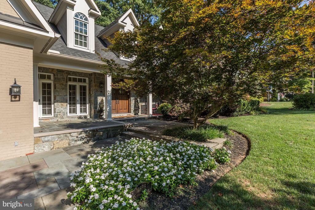 Stone walkways with mature landscaping - 14608 CROSSWAY RD, ROCKVILLE