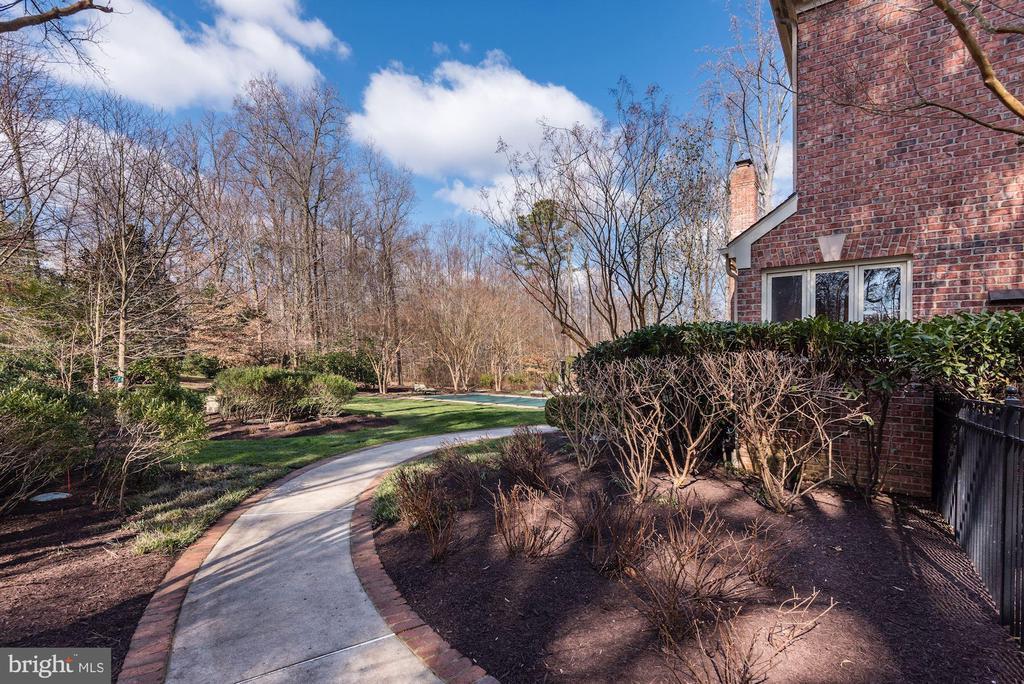 Meticulously Manicured Lawn - 11203 GUNSTON RD, LORTON