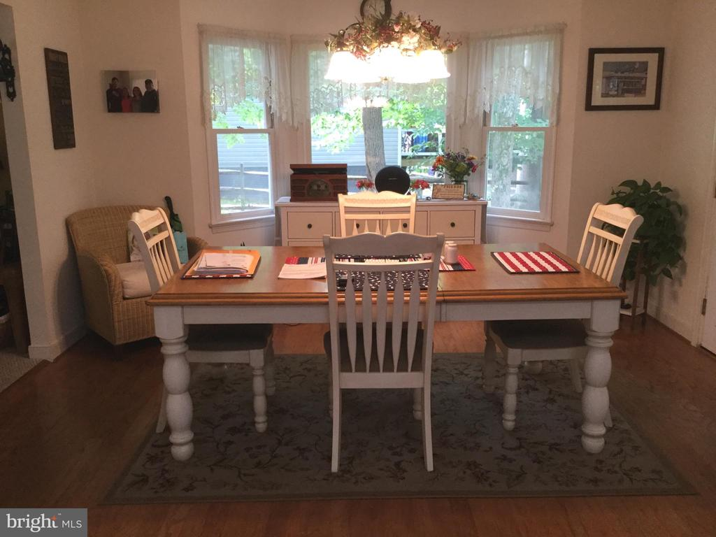 Dining room with wood floors and bay window - 16 LORD FAIRFAX DR, FREDERICKSBURG
