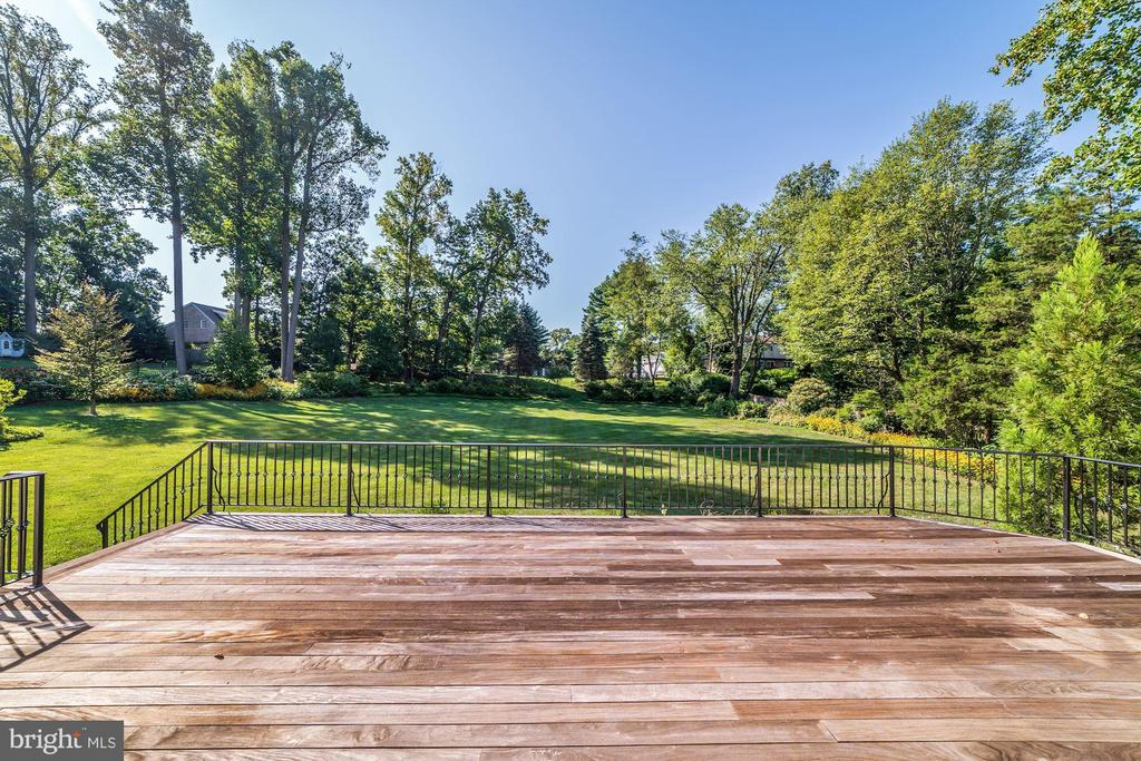 Deck off family room with idyllic views - 1353 WOODSIDE DR, MCLEAN