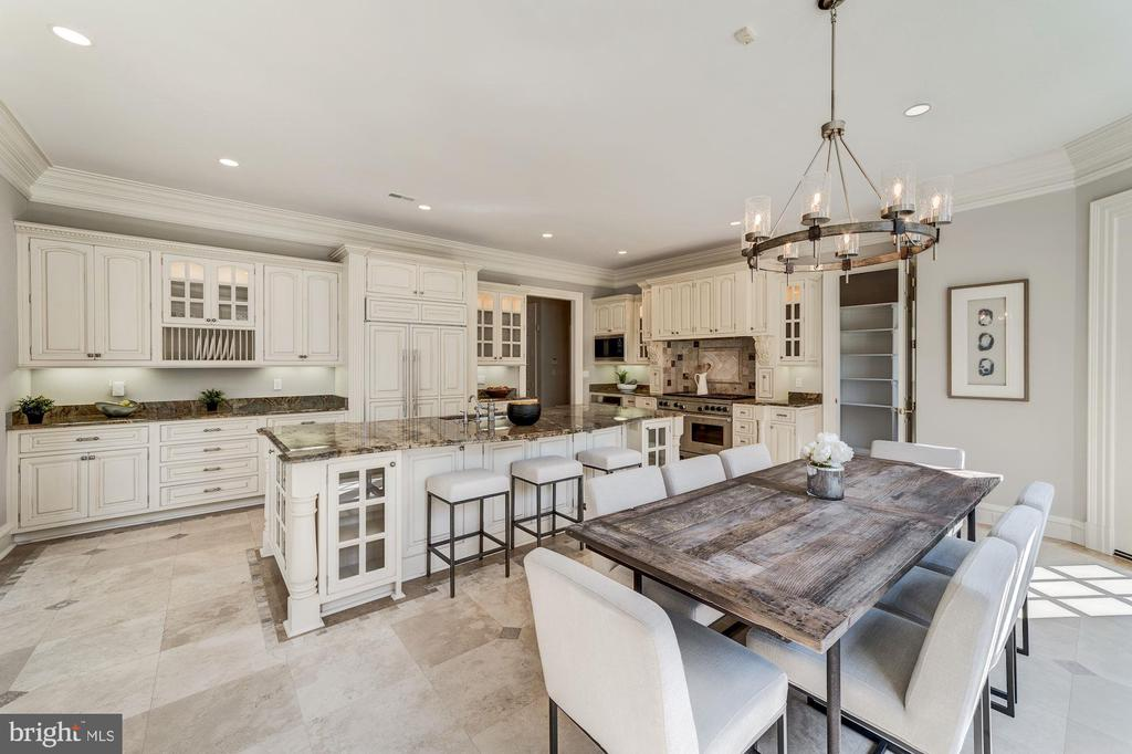 Kitchen and breakfast area, bar and table space - 1353 WOODSIDE DR, MCLEAN
