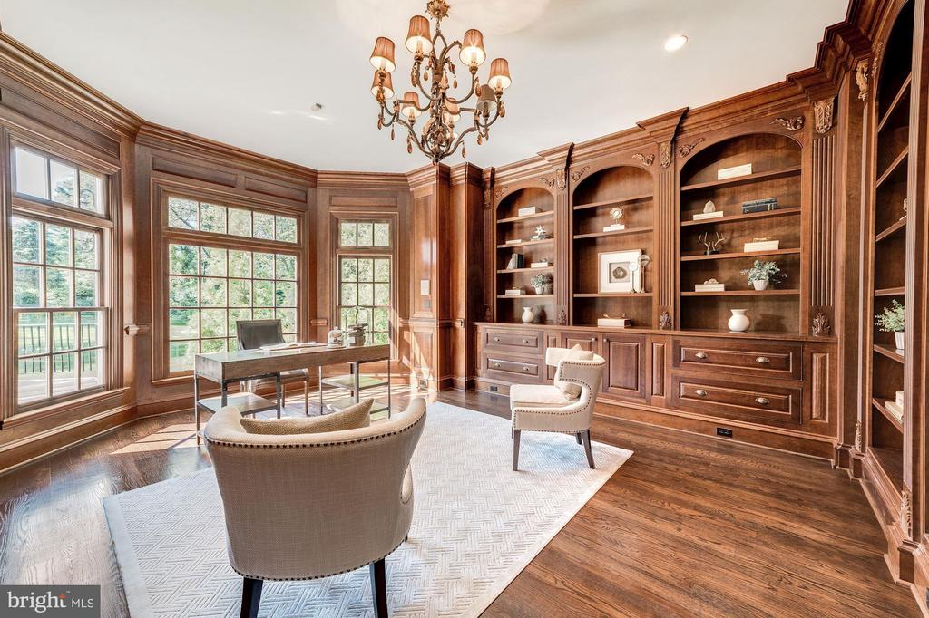 Study with copious bookshelves - 1353 WOODSIDE DR, MCLEAN