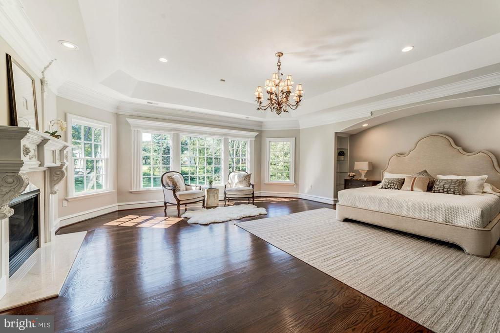 Master bedroom with views of back yard - 1353 WOODSIDE DR, MCLEAN