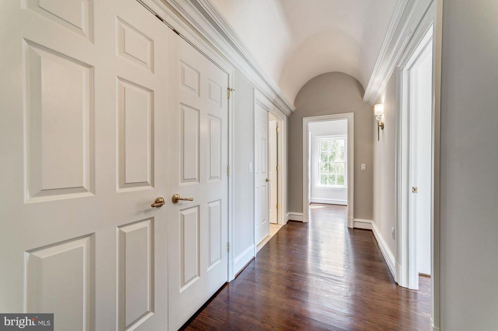 Hallway to master bath and walk in closets - 1353 WOODSIDE DR, MCLEAN