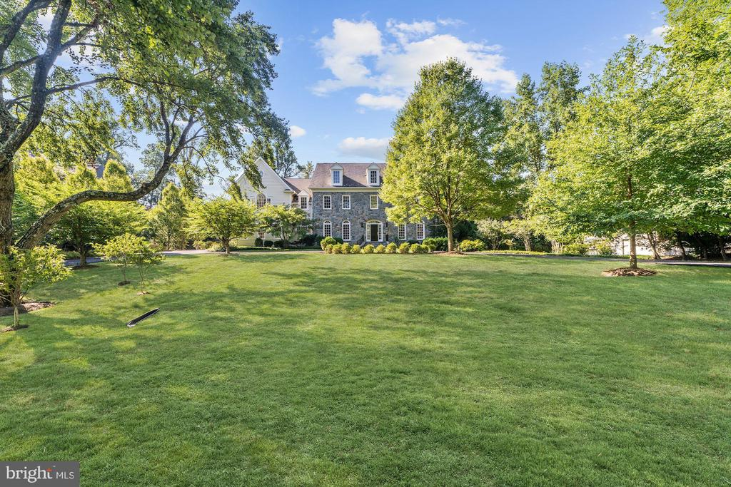 Beautiful colonial set on 1.25 acre lot - 1353 WOODSIDE DR, MCLEAN