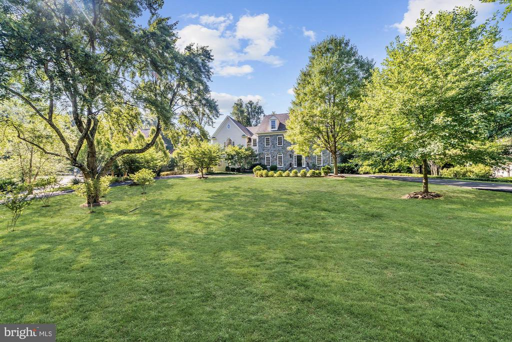 Expansive front and back lawns - 1353 WOODSIDE DR, MCLEAN