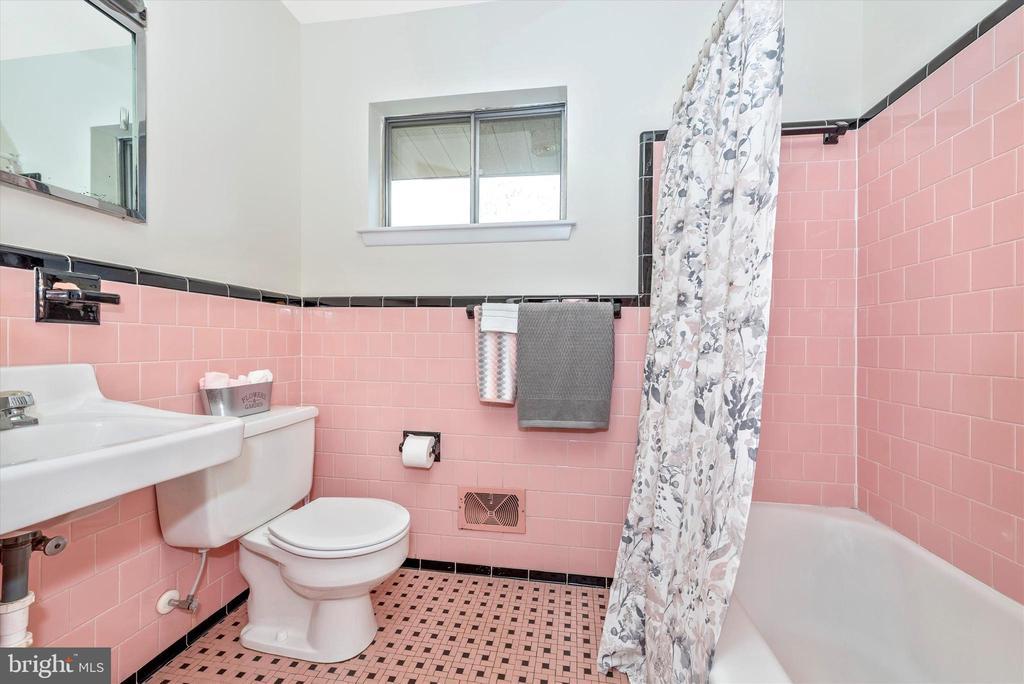 Full Bath has tub shower. - 610 SCHLEY AVE, FREDERICK