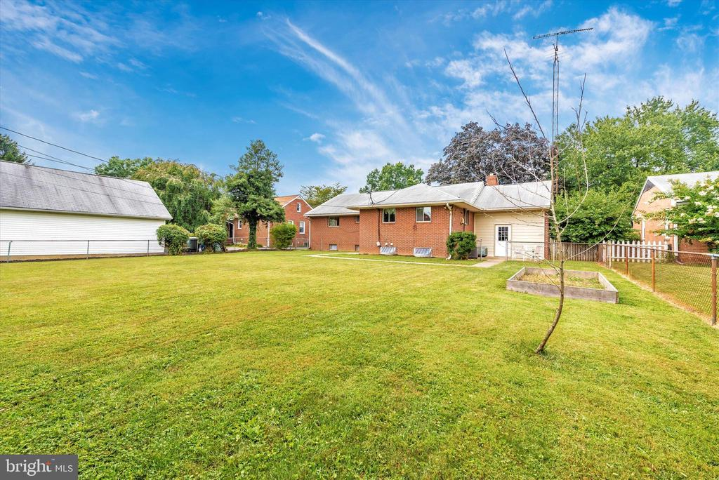 Level yard awaits your gardening touch. - 610 SCHLEY AVE, FREDERICK