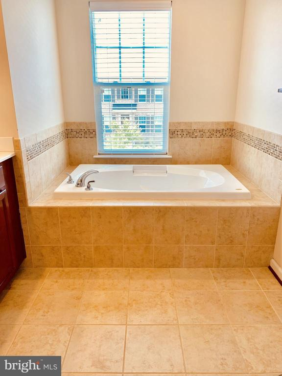 Bathtub - 128 GARDENIA DR, STAFFORD