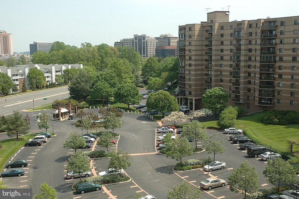 distant view photo - 8340 GREENSBORO DR #814, MCLEAN