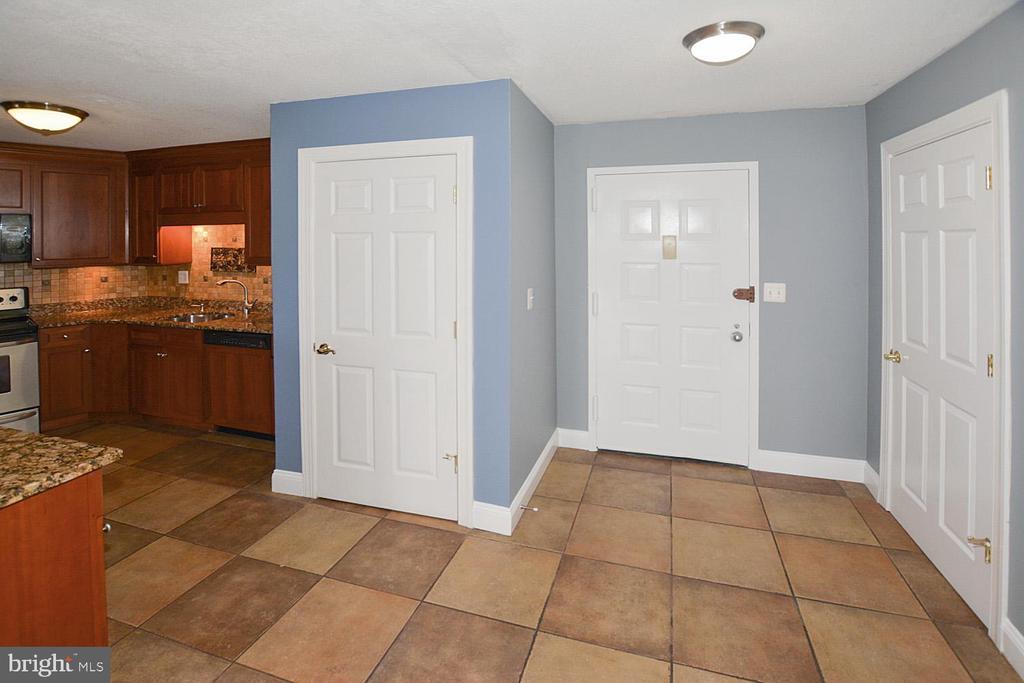 Greensboro foyer photo - 8340 GREENSBORO DR #814, MCLEAN