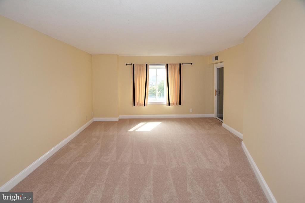 Greensboro master bedroom photo - 8340 GREENSBORO DR #814, MCLEAN