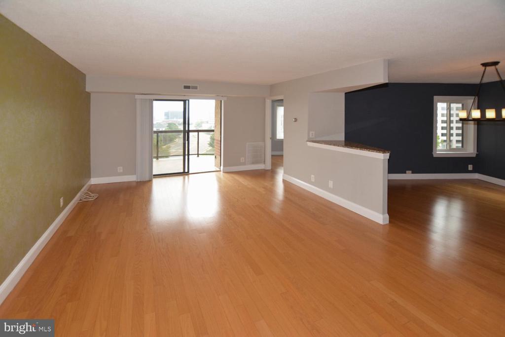 Greensboro living room photo - 8340 GREENSBORO DR #814, MCLEAN