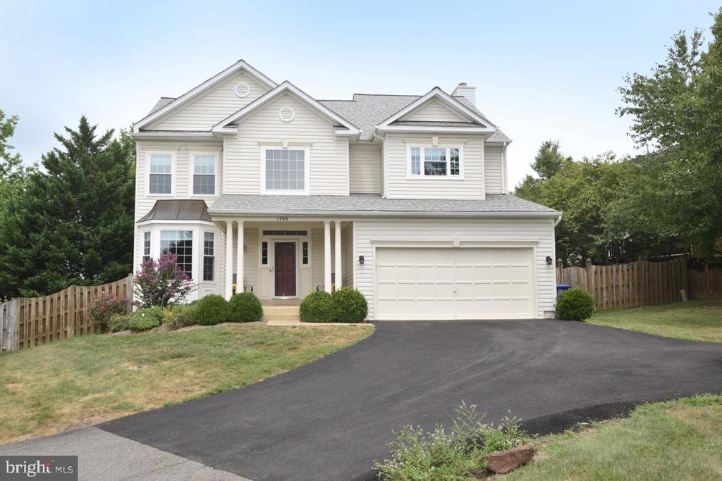 Beautiful Bluemont with bump-out, fully upgraded! - 1308 FEATHERSTONE LN NE, LEESBURG