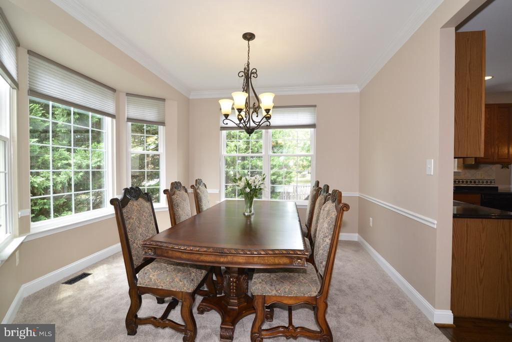 Stunning bay window in spacious dining room. - 1308 FEATHERSTONE LN NE, LEESBURG