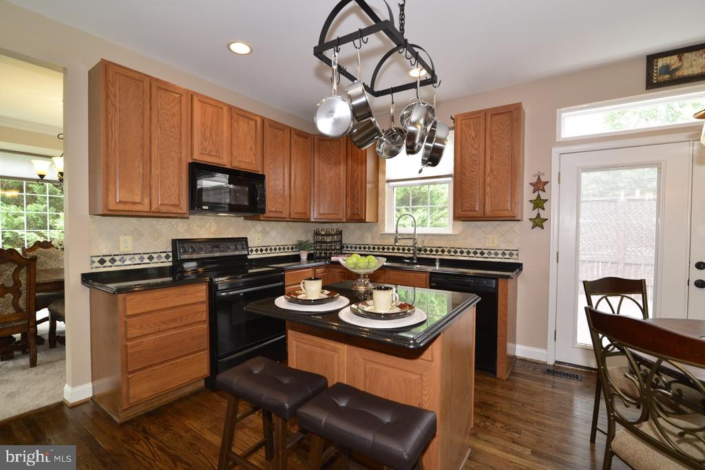 Kitchen upgraded with granite, custom backsplash. - 1308 FEATHERSTONE LN NE, LEESBURG