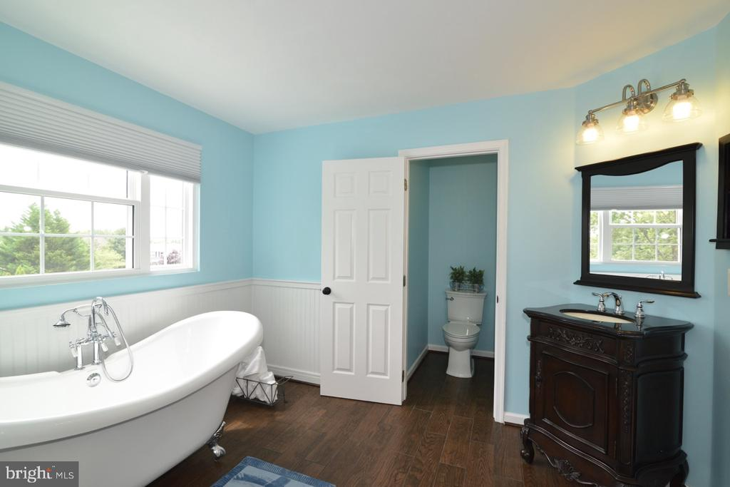 Separate water closet - 1308 FEATHERSTONE LN NE, LEESBURG