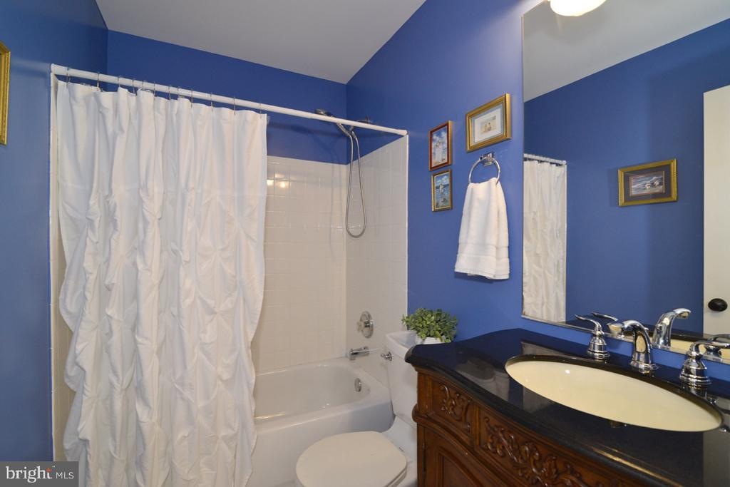 Pristine hallway bathroom with upgraded vanity - 1308 FEATHERSTONE LN NE, LEESBURG