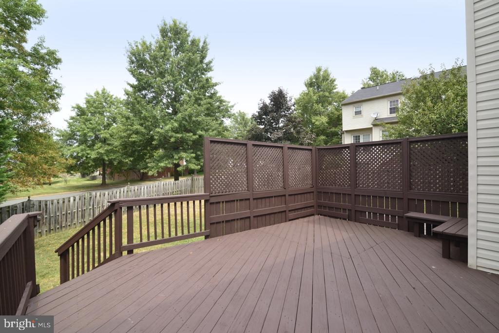 Huge deck right off of breakfast room, kitchen - 1308 FEATHERSTONE LN NE, LEESBURG