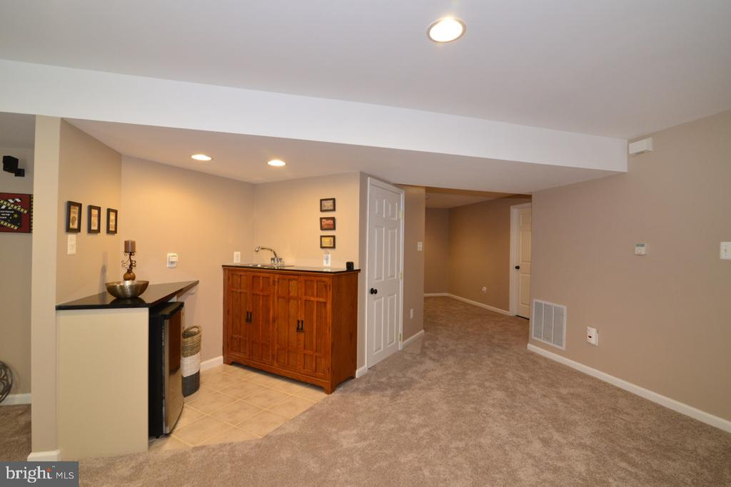 Wet bar and frig perfect for entertaining - 1308 FEATHERSTONE LN NE, LEESBURG