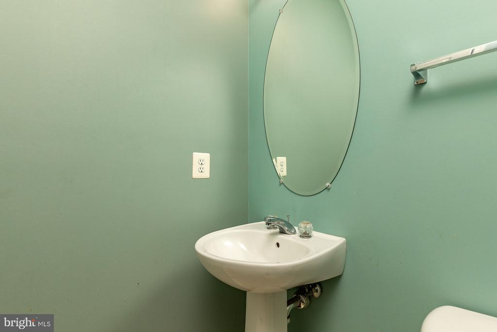 Half Bath Main Level - 42476 MANDOLIN ST, CHANTILLY