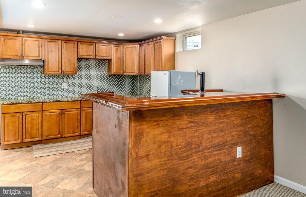 Wet bar in basement - 42476 MANDOLIN ST, CHANTILLY