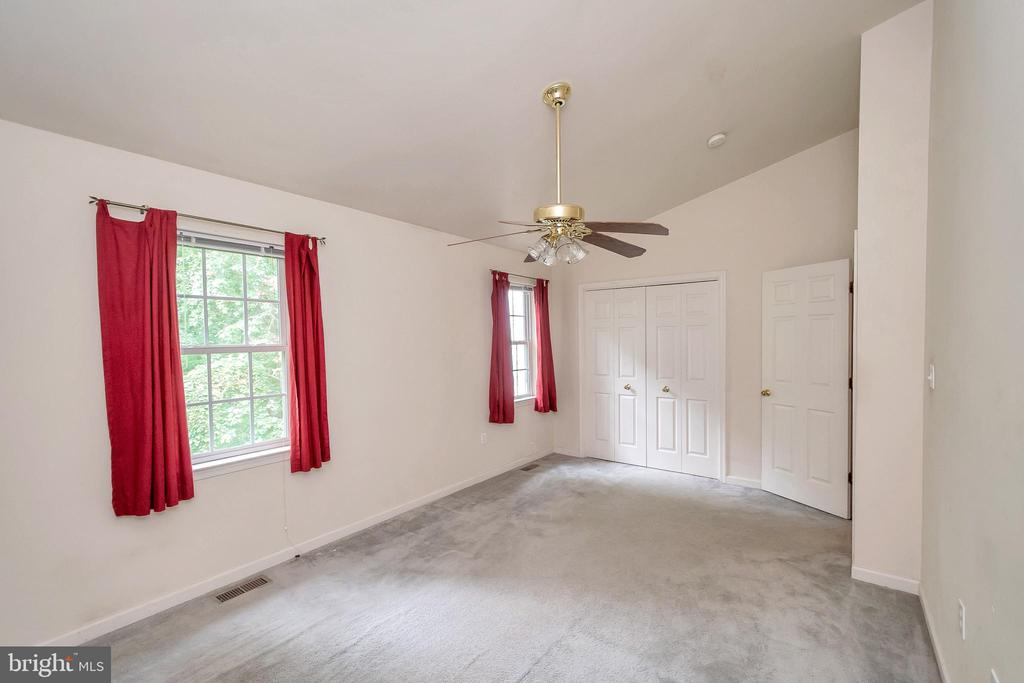 Rear bedroom with vaulted ceilings - 4338 NORMANDY CT, FREDERICKSBURG