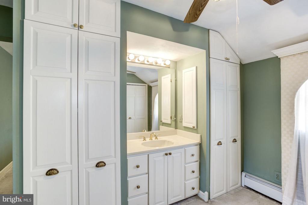 MB Dressing Room, w/built ins and vanity sink - 4838 1ST ST S, ARLINGTON
