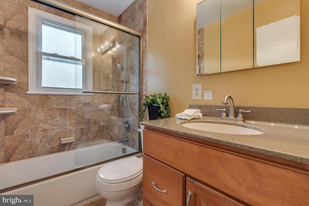 Updated upper level hall bathroom - 10506 NORMAN AVE, FAIRFAX