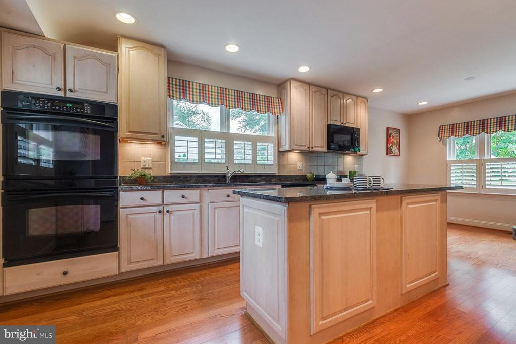 Double-wall ovens, granite and recessed lighting - 10506 NORMAN AVE, FAIRFAX