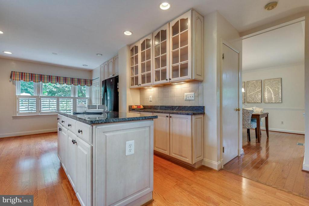 Under cabinet lighting and shutters - 10506 NORMAN AVE, FAIRFAX