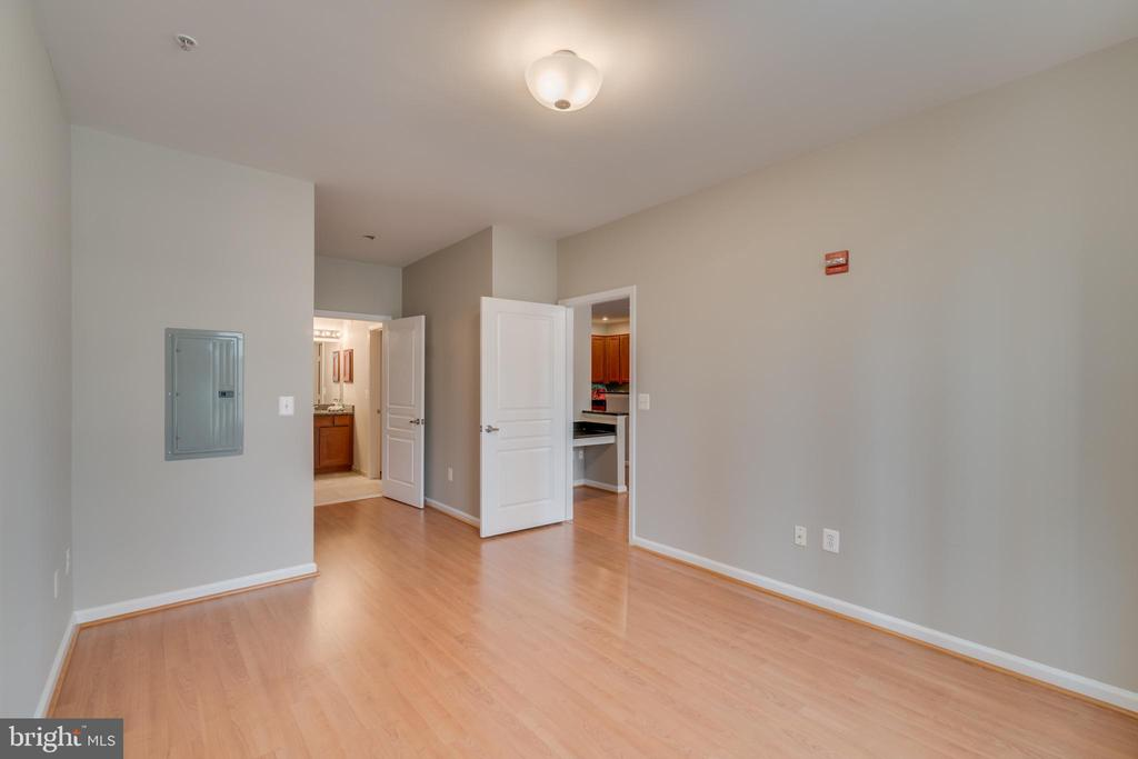 2nd Master bedroom with access to full - 12000 MARKET ST #254, RESTON