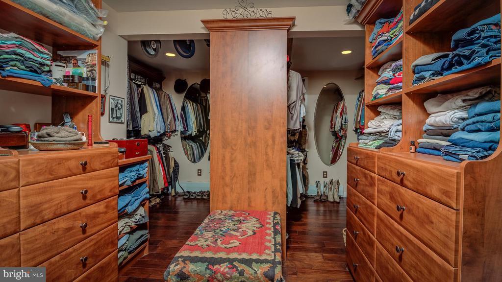 Master Bedroom Walk In Closet-Sitting Area - 38978 GOOSE CREEK LN, LEESBURG