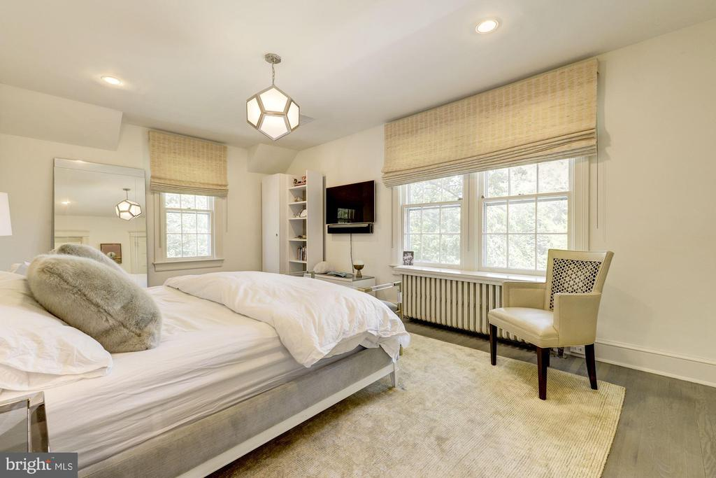 Tranquil master bedroom with wooded views - 3610 QUEBEC ST NW, WASHINGTON
