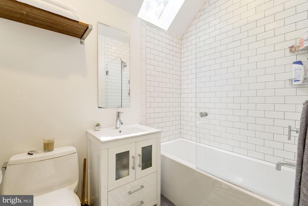 Second floor full bath - 3610 QUEBEC ST NW, WASHINGTON