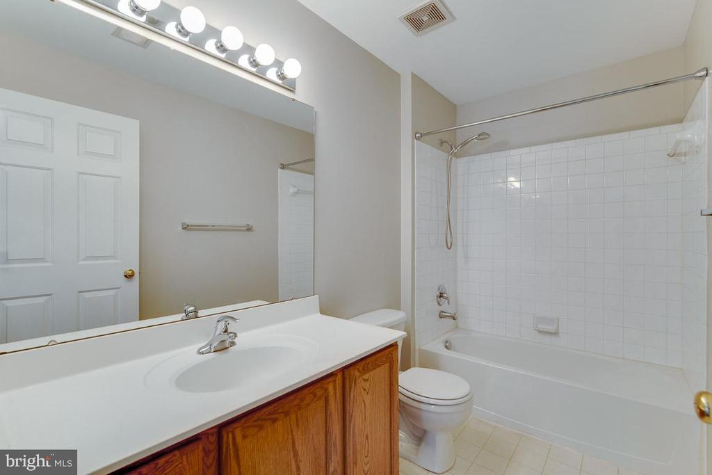 Hall Bath - 2702 MYRTLEWOOD DR, DUMFRIES