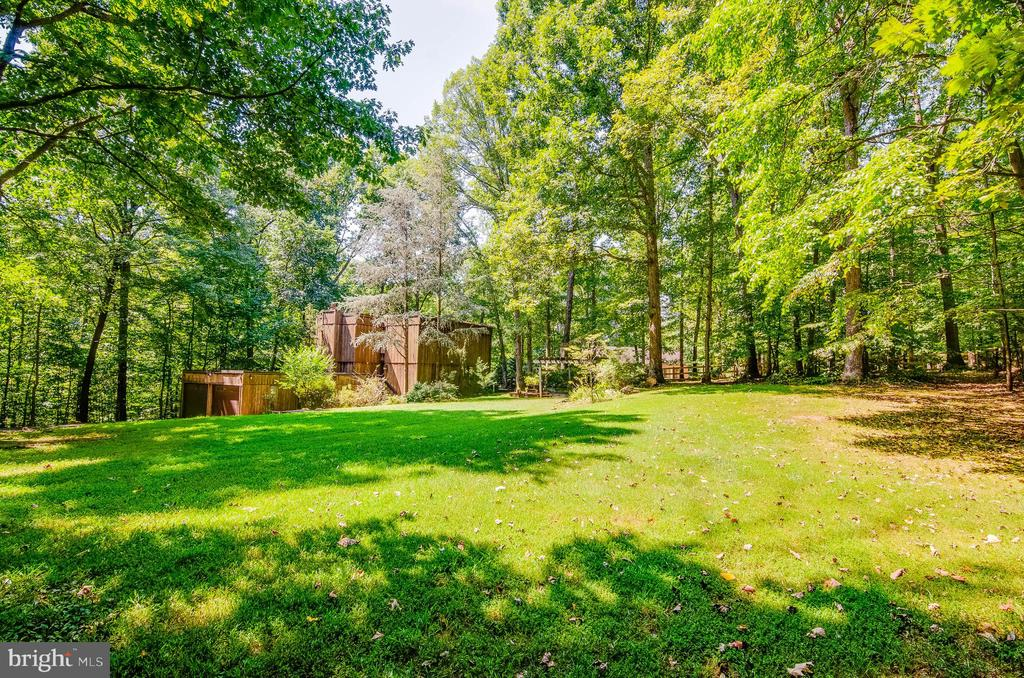 Outdoor entertaining on 1+ acres with pergola - 11222 GOLDFLOWER CT, FAIRFAX STATION