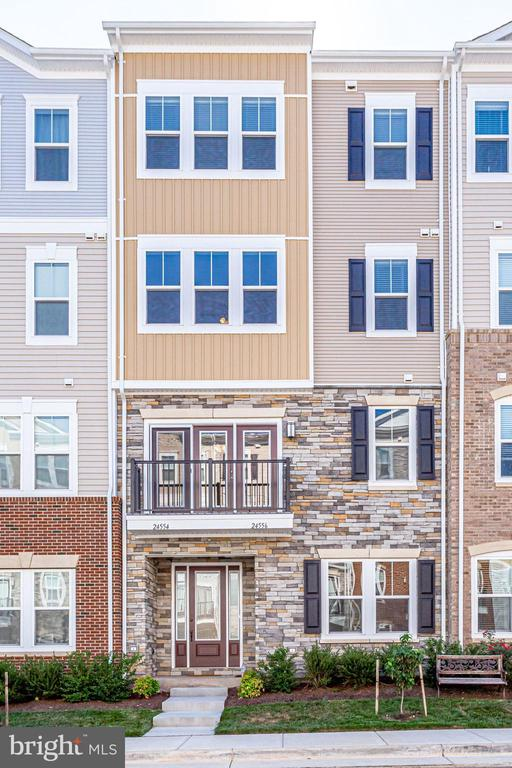Perfectly located in near grocery, dining, retail. - 24556 ROSEBAY TER, ALDIE
