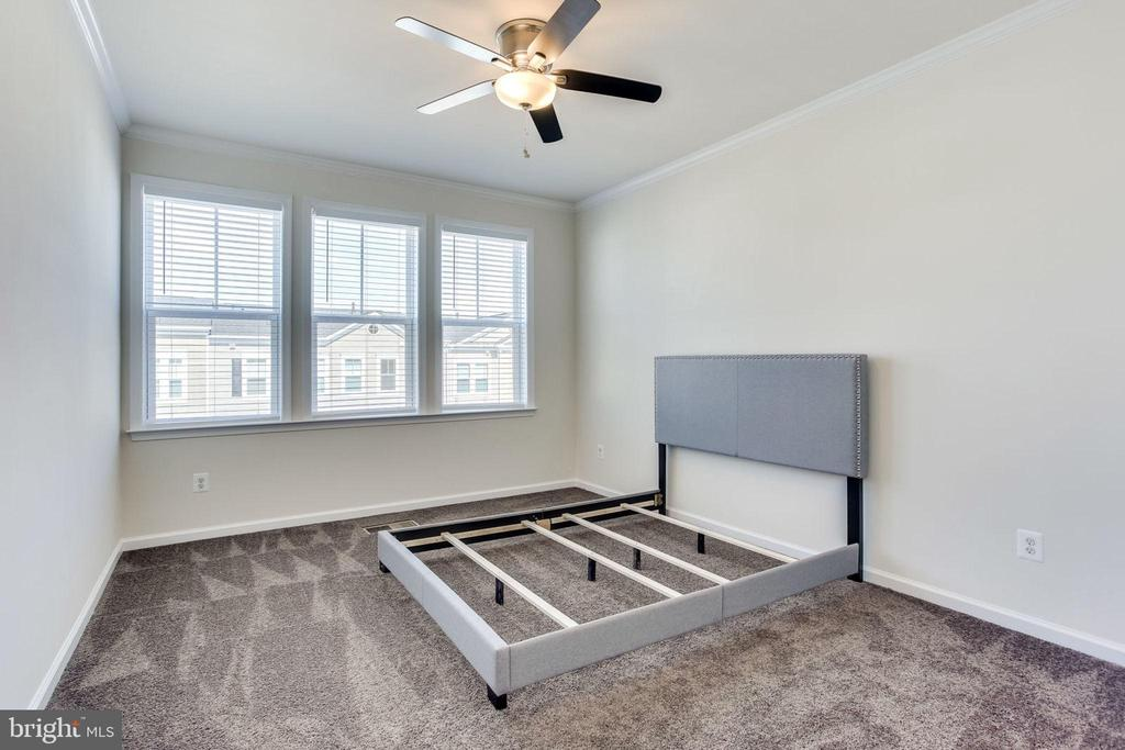 Guest bedrooms have carpet - 24556 ROSEBAY TER, ALDIE