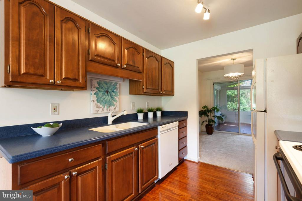 Kitchen with entry to dining room - 4003 MIDDLETON DR, MONROVIA