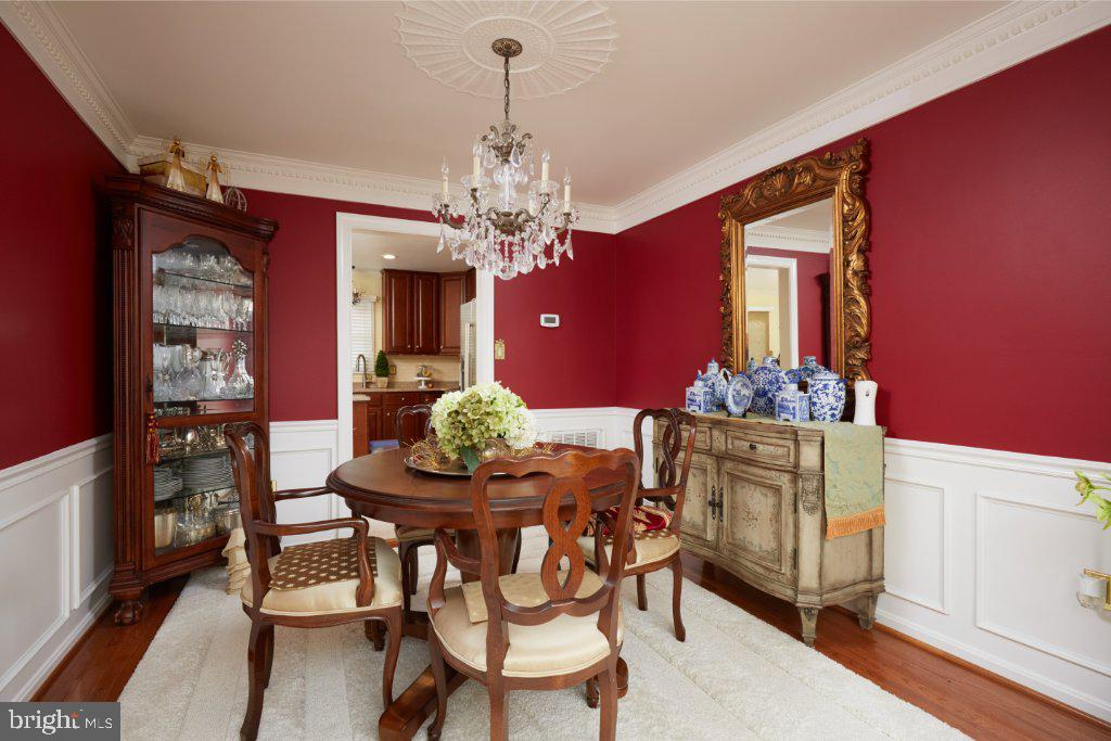 Dining Room with chair rail - 2028 GALLOWS TREE CT, VIENNA
